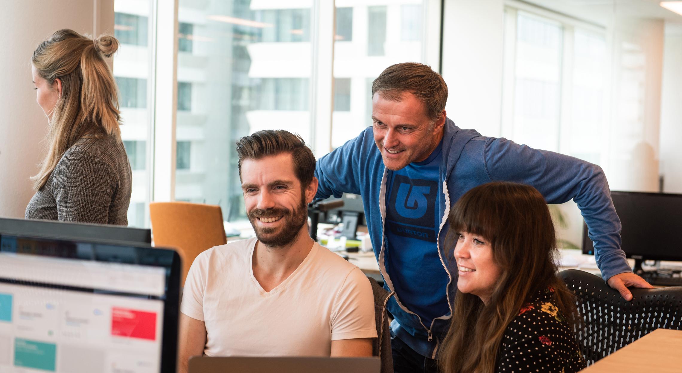Bart, Remko en Amanda in overleg achter een computer